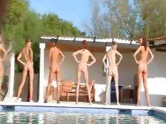 kız çıplak havuz soyunma lezbiyen