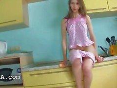 brunette dildo vingerzetting keuken