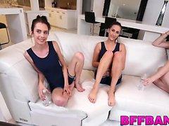 babe stora bröst brunett lesbisk slicka
