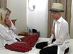 blondine facesitting füße mädchen auf mädchen küssen