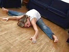 flexible jeans étudiant bendover de grande - des seins
