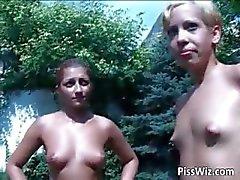 amador chuva de ouro lésbica ao ar livre mijando
