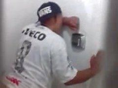 Japa flagrado dando cu no banheiro