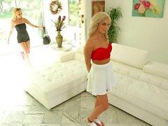 lesbo blondi nuolee emättimen