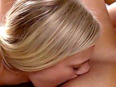 bebek sarışın esmer parmak