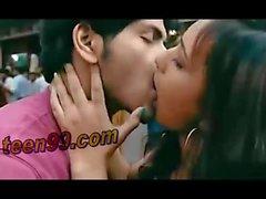 casal asiático indiano beijando