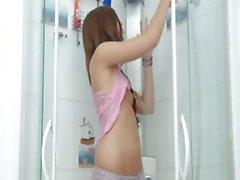 brunette masturbation frottement douche étudiant