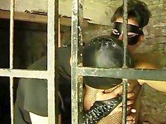 jaula cárcel fishnet máscara látex