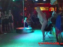 blondes nudité en public seins gros seins milfs