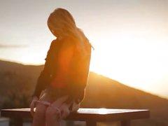 puesta del sol viendo bebé rubia