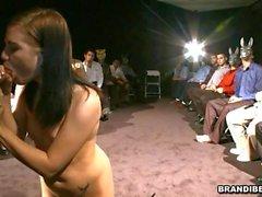 pipe baiser en public filles nues