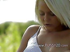 blondine masturbation im freien