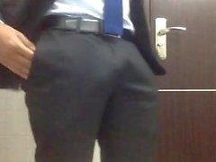 cara de terno batendo punheta no trabalho