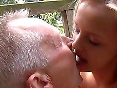 amador loira jovens de idade ao ar livre