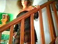 Une brunette fait l'amour a son mari devant la camera