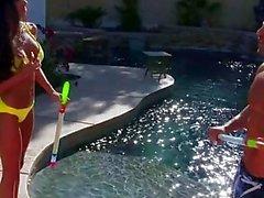 büyük memeler bikini köpek tarzı havuz