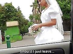 mariées voiture filles nues public nudité en public