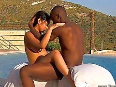 casal sexo vaginal ébano ao ar livre