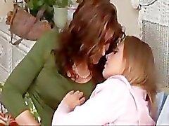 lesbisch meisje softcore zoenen tepel