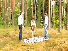skog utomhus ryska teen trekant