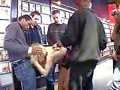 amateur viol collectif nudité en public