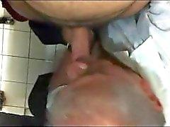 maturo old- l'uomo pubblico spia toilette