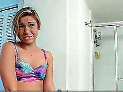 kindje badkamer blond vriendin