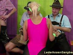 blondine blowjob brünett deutsch gruppen-sex