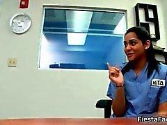 étudiant coulage brunette infirmière