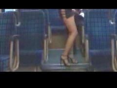 brunettes clignotant nudité en public