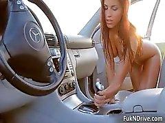 tyttö ruskeaverikkö auto