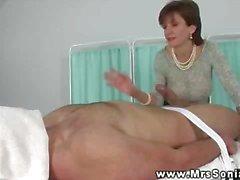 mature branlette massage brunette gros seins