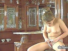 brunette culotte petits seins solo