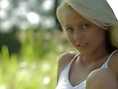 bébé blond de plein air