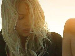 милашка блондинка на открытом воздухе