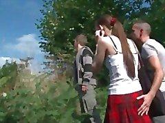 baisee par deux types dans la nature