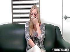 tyttö blondi suihin valu kasvohoito