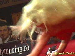 blondes masturbation nudité en public voyeur