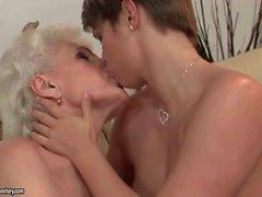 granny lesbian porn granny verführen mädchen lesbisch