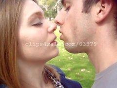 coppia baciare