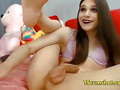 Flexible teen tranny plays dick webcam