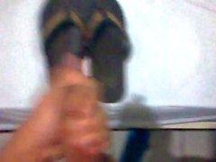 Gozando no chinelo usando meias