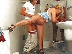 seks-s-uborshitsey-v-tualete-onlayn-santehnik-trahnul-zreluyu-s-bolshimi-siskami